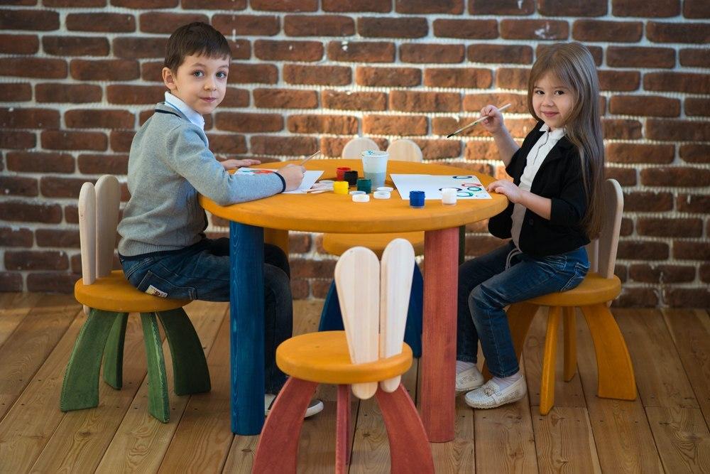 Милана Хаметова и Ярослав Науменко протестировали новую экологическую детскую мебель и снялись для каталога творческой столярной мастерской Арбор