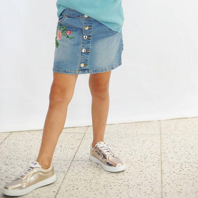 Телесные колготки или голые ноги?Голосуем за ноги, пусть с синяком от скейта или комариным укусом, но они всегда выигрывают у капрона.