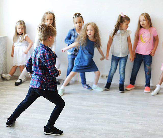 На фото Серёга показывает свою позировку, а не пасадобль, но немного танцев с утра точно не помешает #starkidsbackstages