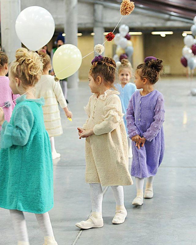 Наши ходящие клубочки на показе платьев от Инны Будько в ТК Амстердам Платья - @innesa_nskШары с помпонами - @sharovary_nsk