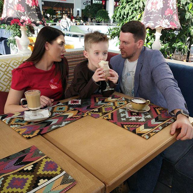 Сережа на съёмке в Меге И его н-ные по счету приемные родители Елена и Кирилл #starkidsbackstages @mega_nsk