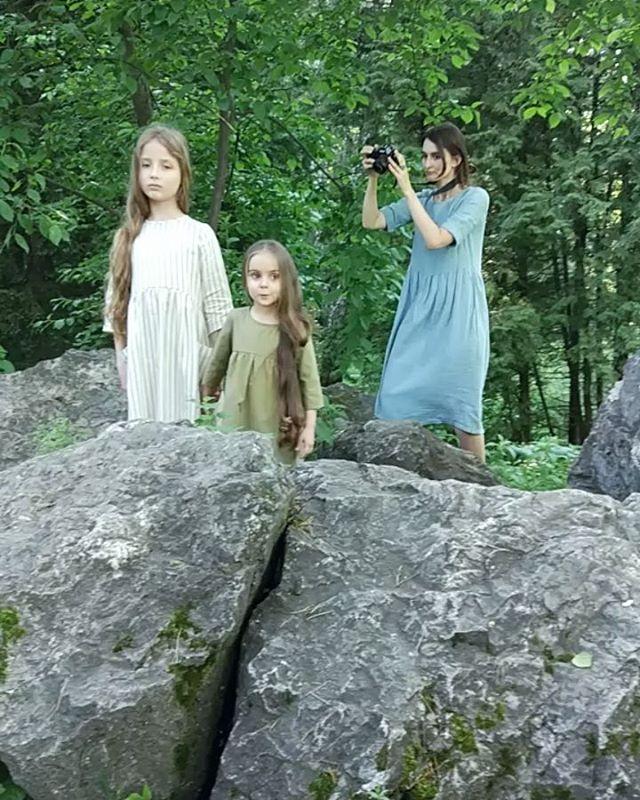 Ксю и Злата с Настей @han_anastasia на съёмке для @prostokrasivo.kid Когда льняные платья, мох на камнях и незабудки созданы друг для друга.#starkidsbackstages