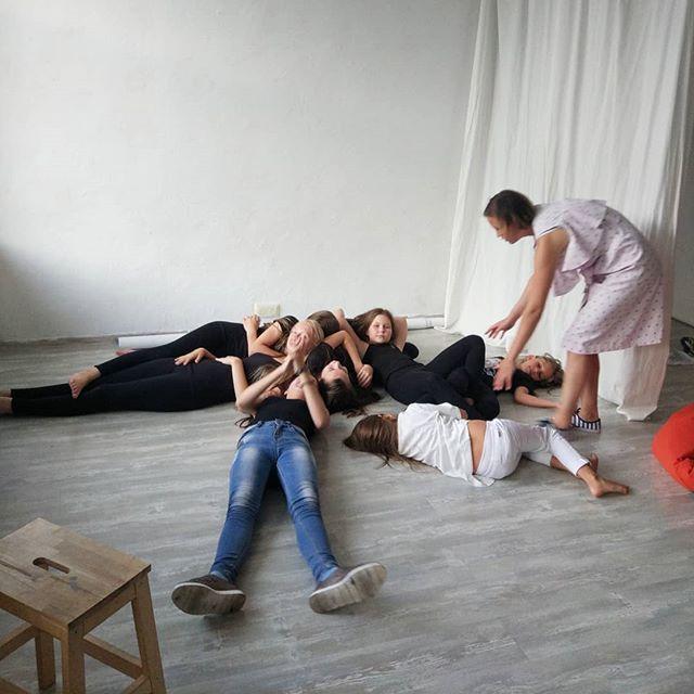 Когда ты три часа занимался актерским, но полежать в тишине тебя уговаривает преподаватель :)#starkidsbackstagese