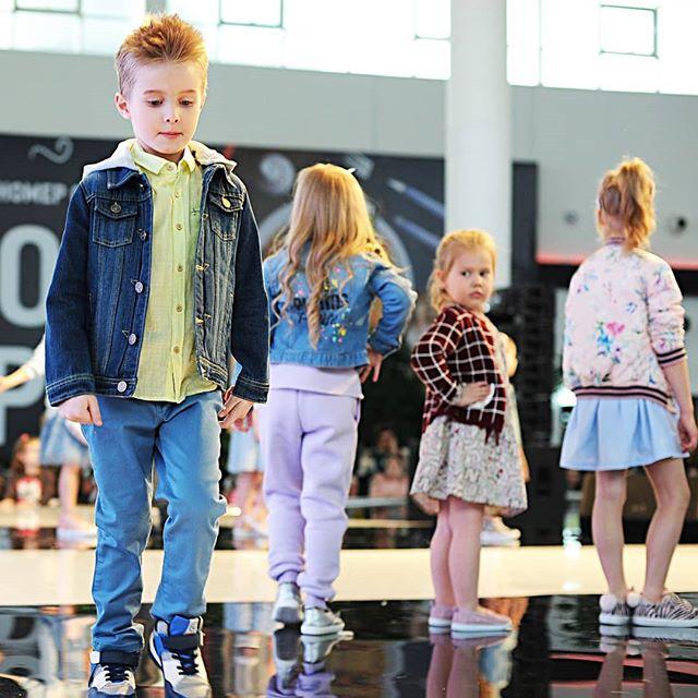"""Есть мнение, что занятия в актерской и модельной школе - это только для девочек.А вот и нет, у нас занимаются и мальчишки, и им очень нравится. Все потому, что занятия в S☆K - это не только #подиум и бесконечные #съемки, мэйкапы и модные луки. Большую часть занятий составляет работа в актерской группе, работа со своими эмоциями, построение сценической речи, работа над уверенностью в себе, со своими талантами и природными особенностями.Мальчишки в модельной школе не учатся """"девчачьи приемчикам"""". Они учатся работать как будущие #мужчиныактеры и #мужчинымодели, тренируют соответствующий мужской шаг на подиуме.Ну и, конечно, они не обделены вниманием окружающих их девчонок, которых большинство в группе. А это не может не сказаться на уверенности в себе :) И мы искренне восхищаемся теми родителями, которые решают отдать своих сыновей помимо традиционно мужских занятий на хоккее и футболе, шахматах или борьбе, еще и в модельную/актерскую школу, чтобы развить способности творческие, раскрыть характер маленького человека, показать, на что он способен. Да, у нас в разное время занимались и мальчишки хоккеисты, борцы, футболисты и просто очень классные и умные ребята.#boy #boys #modelman #modeling #детимодели #детскоемодельноеагентство #kidsmodelmanagment"""