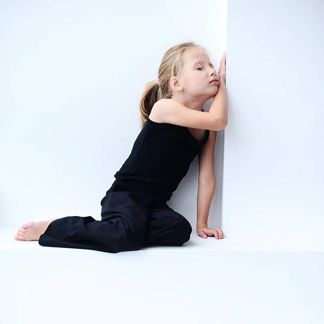 """КЛАССНО, КОГДА РЕБЕНКУ СКУЧНО!?Мы, современные родители, стараемся занять чадо разными полезными делами и интересностями под завязочку, жалоба на скуку ставит нас в тупик, мы тут же думаем, что сделали недостаточно. Недостаточно заняли ребенка полезным и интересным досугом. Паника!!! #яплохаямать Бывало такое?Но, по мнению ученых, умение скучать и находится в одиночестве без обилия дополнительной информации, связано с развитием творческого и изобретательского мышления. Это """"полезная скука"""", минуты, когда мозг занят не отсеиванием инфомусора или усвоением школьных знаний, а генерацией своих идей.Сколько нужно скучать? Мнения разнятся, но не меньше полутора часов в день :)) Это время на """"поваляться и подумать"""", рассмотреть травинки и жилки в листочках, почертить простые линии и кружочки, смять бумажки и даже #обожемой поковыряться в носу  Тонкое искусство ничегонеделания и скуки :)) обязательно напишите про свой 101 способ поскучать  или некогда?"""