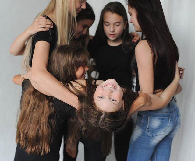 """Когда родители приходят в модельную и актерскую школу, то ТОП-5 запросов это:- раскрыть ребенка, почувствовать уверенность в себе, своих силах и таланте,- снять зажимы и стеснение,- осанка и походка, прокачка по стилю,- увидеть ребенка на сцене,- профориентация: узнать модельный бизнес изнутри для дальнейшей работы.___________________________А если мы спросим наших детей, почему они здесь, то это:- тусовка и новые друзья,- """"весело и меня слушают"""",- """"я хочу быть знаменитым/заметным"""",- """"круто, я буду ходить по подиуму!"""". А если поговорим с детьми подольше, то поймём, что это и про уверенность, и про почувствовать себя красивым, про внимание к себе, про радость от преодоления страхов.Есть и другие мотивы у родителей и детей, не такие популярные. Как думаете, какие?"""