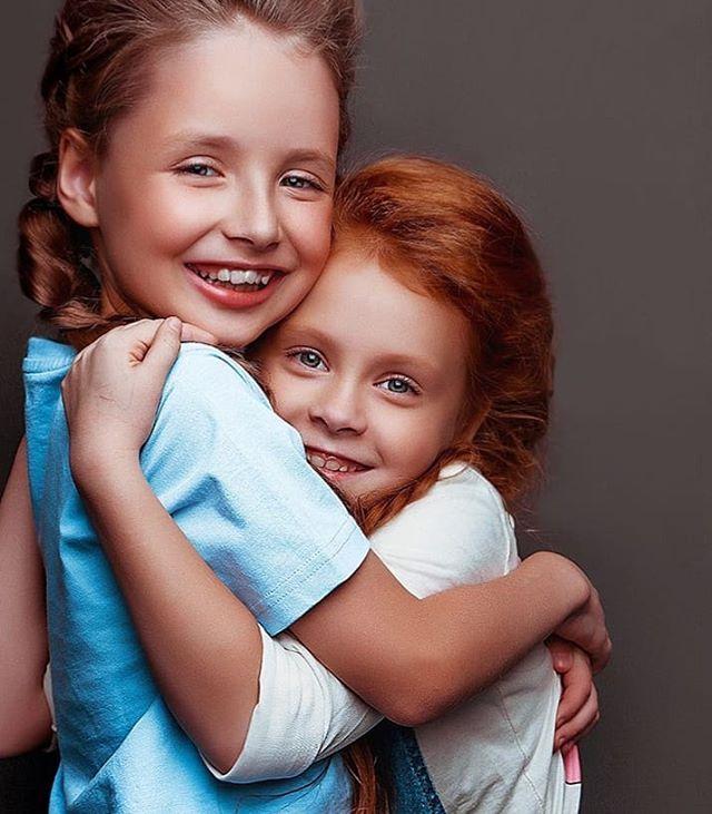 Хо-хо! Мы нашли модельного брата-близнеца нашей Ксюши Опар :)) Остин Айзенберг из Нью-Йорка, увидели в @labellekidz . А у ваших детей есть близняшки модели или актеры? На кого похожи из знаменитостей или обычных людей?Фото @yulaphoto, модели Ксюша Опар и Соня Рисунова.